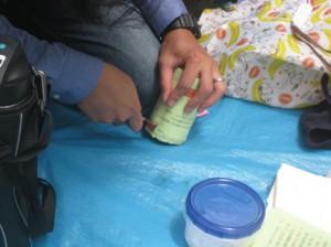 この日は「保護者も参加デー」ということで、空き缶にカッターで穴を開ける係にブラウニーパパが任命されました!