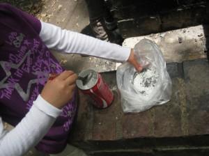 缶切りで口を開いた空き缶に洗ったお米と水を分量どおり入れます