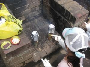 火加減をみながら、上部の穴に紙パック燃料をくべます
