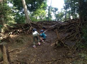 かに山の崖をロープ一本で登ります。おしりが泥だらけ!