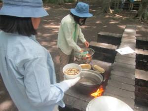 シニア・レンジャー、鍋に材料を入れて煮込みに入ります。