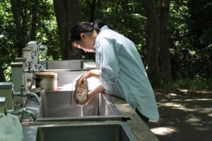 飯盒で米を洗います。こちらも慣れた手つきです。