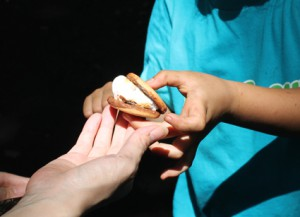 焼いたマシュマロをチョコビスケットに挟んだサモア。ガールスカウトの思い出を胸に、留学がんばってね。いってらっしゃい!