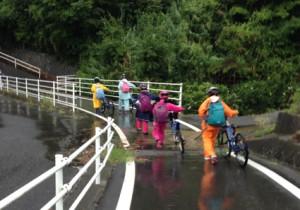 峠の山道の途中で雨になったジュニア。あずまやで待機した後、山を下りました。