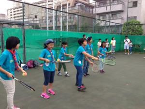 第3ポイントの第八中学校では、テニス体験をしました。初めてラケットを持ったスカウトも楽しそう。