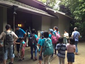 実篤記念館でお昼を食べました。ヒカリモやザリガニを探して園内を歩きます。