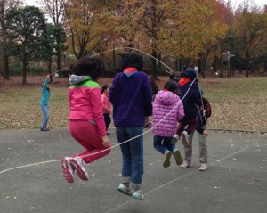 団体競技の「大縄跳び」。タイミングを合わせて「せーの!」。何回跳べるかな?