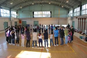 参加者全員で、体育館いっぱいの「友情の輪」です