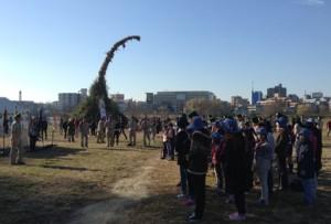 お正月の松飾などを積み上げた大きな御焚き上げを前に、開幕のセレモニーです