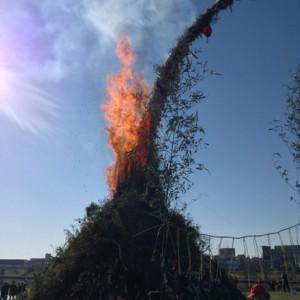宮司様のお祓いの後、狛江のボーイスカウト代表の点火です。大きく立ち上る炎に歓声があがりました
