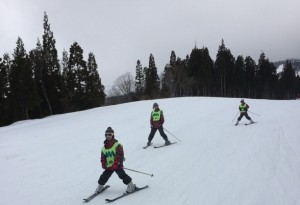 スキーを履くのも初めてのスカウト達。ボーゲンの練習を重ねて滑れるようになりました!