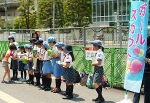 大きな声で「東京に緑を増やしましょう!」と呼び掛け、たくさんの方々に募金のご協力をいただきました