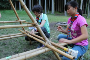 シニア・レンジャーとリーダーで竹のテーブル作りです。角しばりをしっかりと