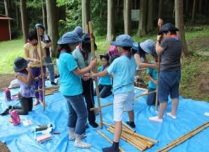 午前中はジュニアは竹のクラフト、ブラウニーはキャンプ場主催のお話会に参加しました。竹の食器棚、上手に作れるかな?