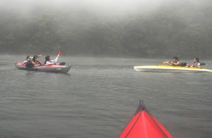 雨もなんのその、元気にカヤックを漕いで水鉄砲対決! あちこちで歓声があがっていました