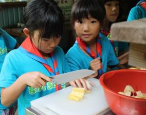 ブラウニーが作ったおやつは「フルーツパンチ」。リンゴやパイナップルを切りました