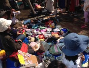 絵本や、おもちゃ、洋服など、持ってきた品物が売れるたびに「売れたよ!」と感激です