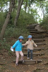 宝探しがんばろう! 急な階段ではブラウニーのパトロールリーダーが手を取って案内していました