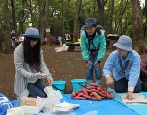 焼き芋班は濡れた新聞紙でさつま芋を包みます。水が冷たい!と言いながら協力して包んでいきます