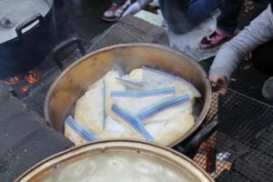 種を入れたジップロックを、沸騰したお湯で加熱します。蒸しパンのようなお味かな?