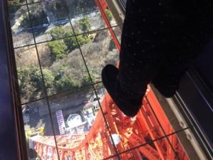 「うわ~! 怖いけど、楽しい!」とスケルトン床の上でジャンプしていました。勇気あるね!